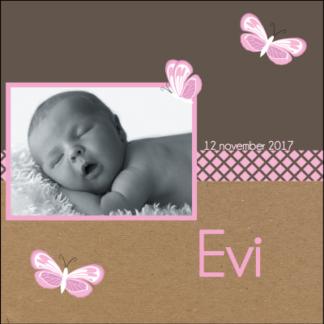 Lief trendy kaartje met foto van de baby' door de kartonnen achtergrond stoer en met de vlindertjes toch lief