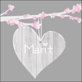 Mooi houten hart aan roze bloesem tak' de donkere achtergrond maak het ontwerp stijlvol en lief
