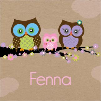 Vrolijke uilen familie op  kleurrijke tak' lief en stoer door de kartonnen achtergrond' uit te breiden met broertjes en/of zusjes