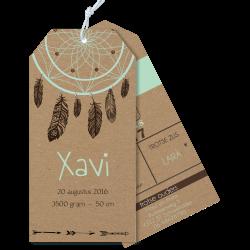 Geboortekaartje als label op karton met droomvanger veertjes mint en bruin