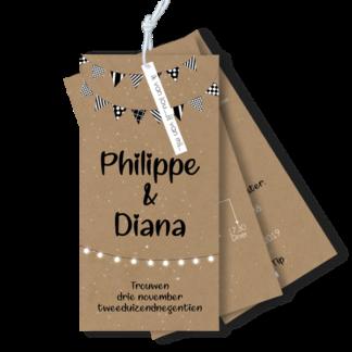 Trouwkaart in de vorm van een labelsetje zwart wit met vlaggetjes