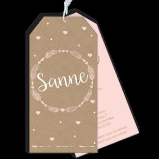 Label geboortekaartje in boho stiijl met veertjes frame