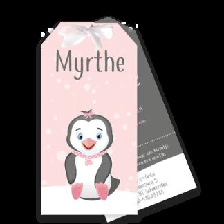 Label geboortekaartje met pinguïn in de sneeuw
