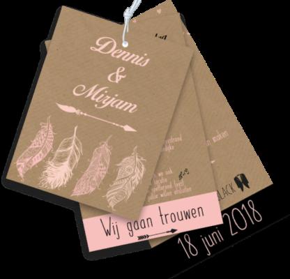 Trouwkaart als label met veertjes zalm