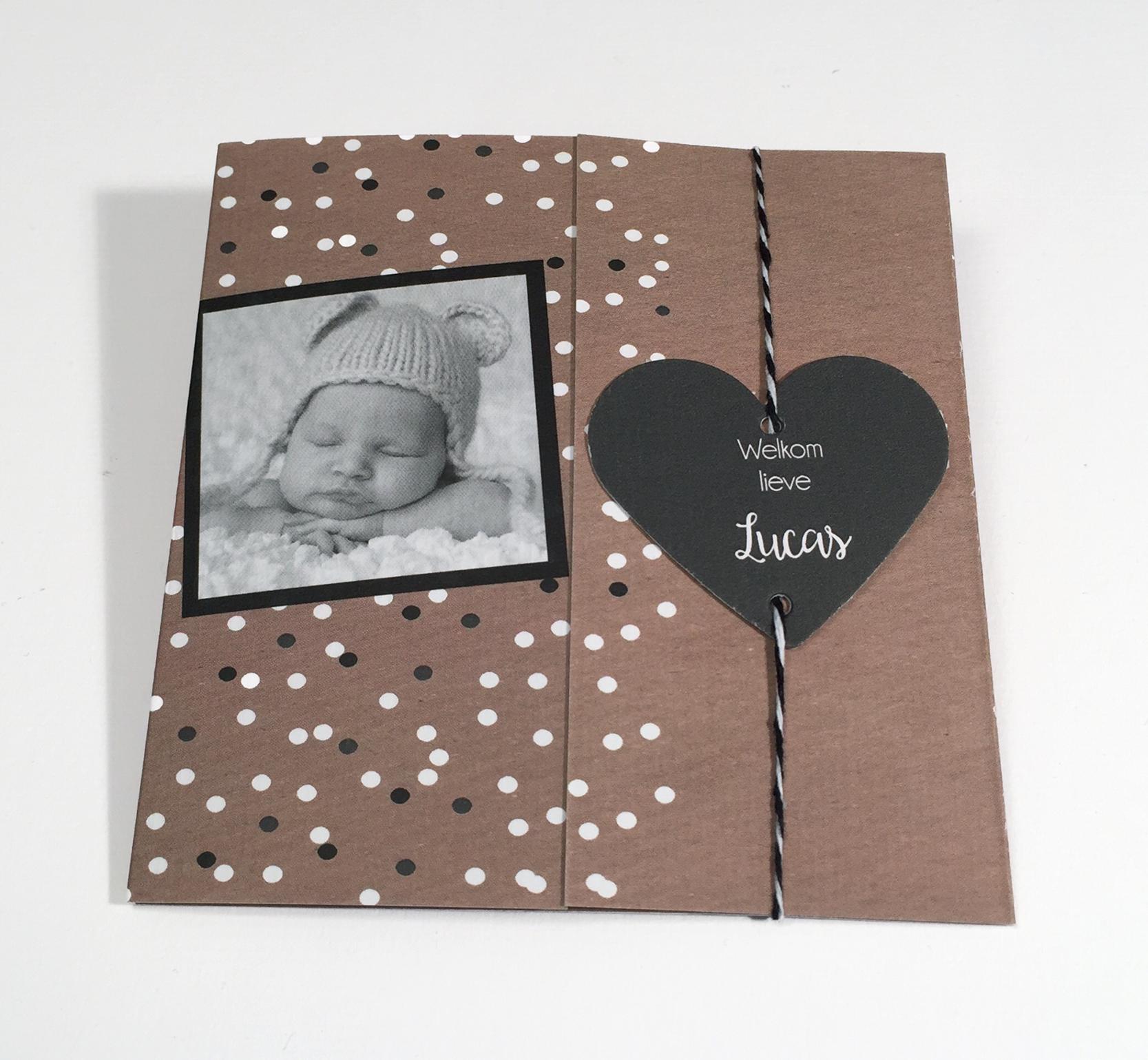 Drieluik geboortekaartje met foto en los labeltje in de vorm van een hartje